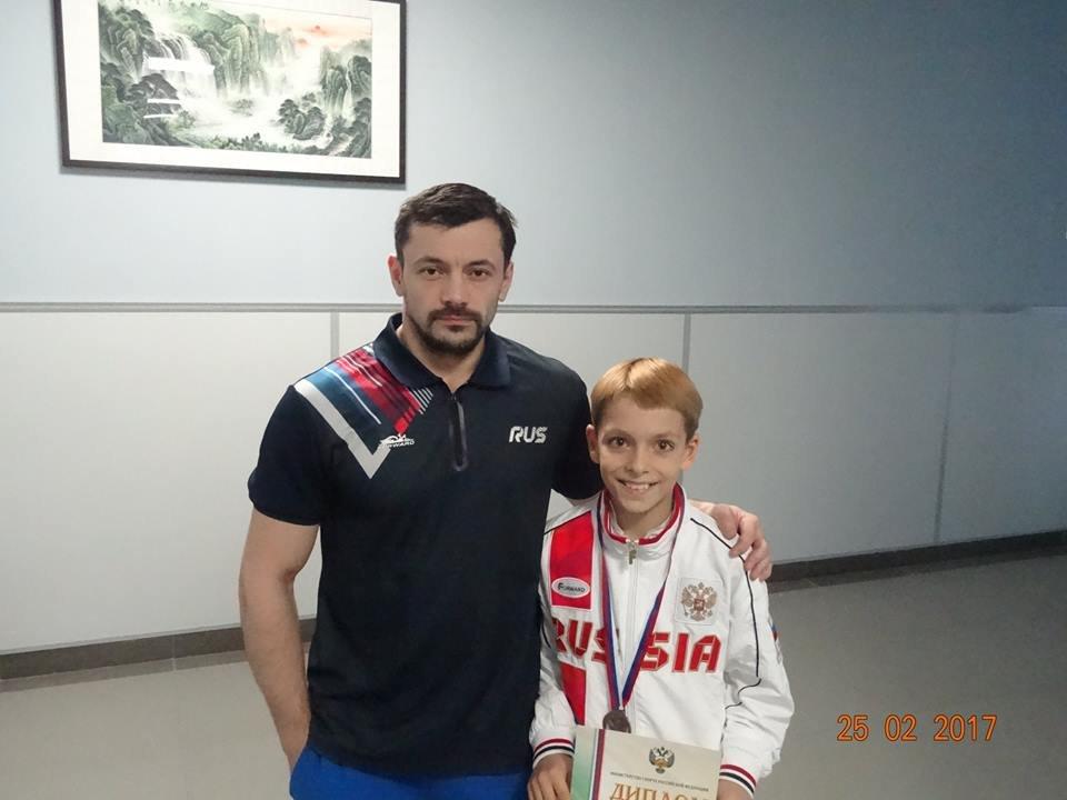 Василий Емелин с тренером.jpg
