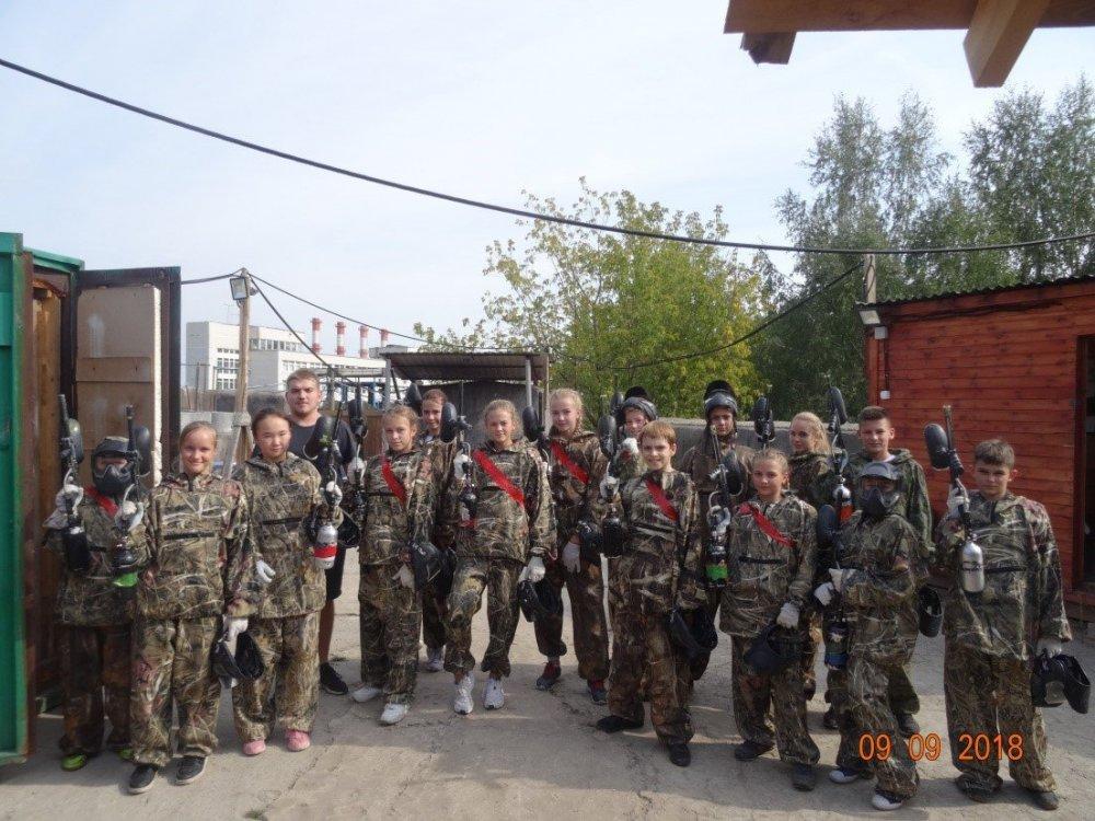 Экипированные команды перед началом турнира с управляющим площадки «Бункер» П.Колесниковым