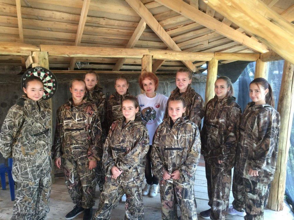 Самые очаровательные участницы турнира  с членом Попечительского совета МЭШ Л.Емелиной